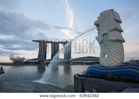 SINGAPORE - NOVEMBER 07, 2012: Fountain-statue of the Merlion and hotel Marina Bay Sands in Singapore on the sunset. They are symbols, and the most famous landmarks in Singapore.