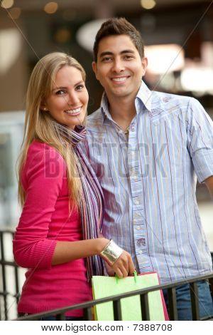 Casal feliz compras