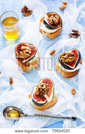 Bruschetta With Figs, Honey, Goat Cheese And Walnuts