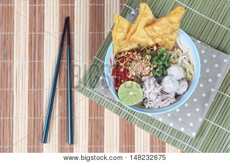 Crispy noodle in spicy sour soup as