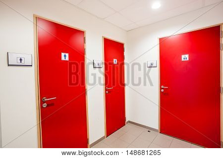 In an public building are toilets doors