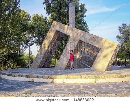 Madrid-Juli 31: Unknown boy standing near monument