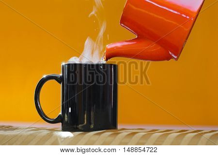 Streaming tea pourer in a cup