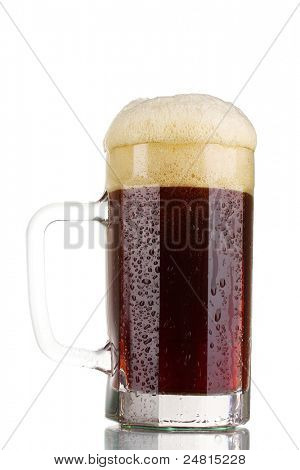 Rotes Bier mit Schaum in Tasse, isolated on white