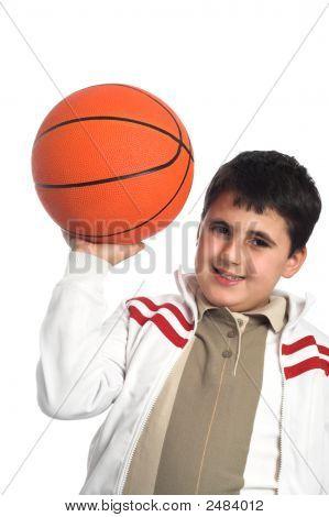 Muchacho con baloncesto