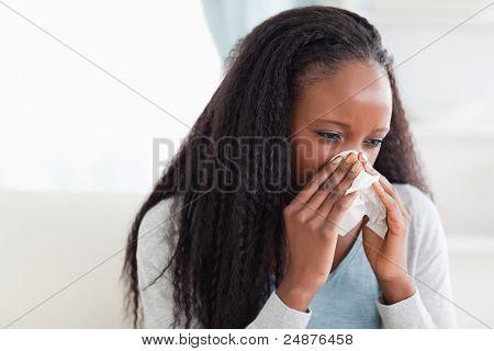 Close-up de jovem assoar o nariz