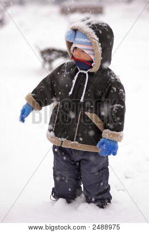 Junge in einem Schneesturm