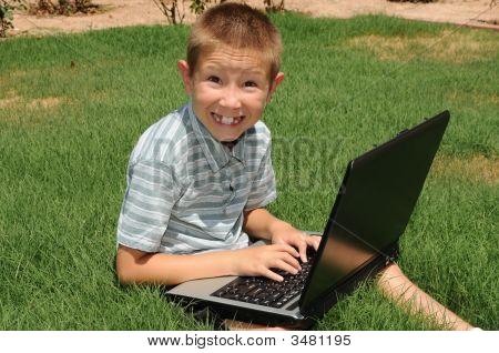 Niño con ordenador portátil