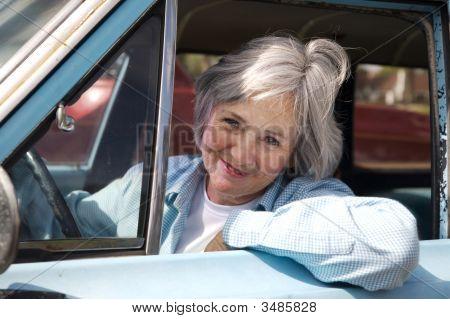 Senior unter dem Auto