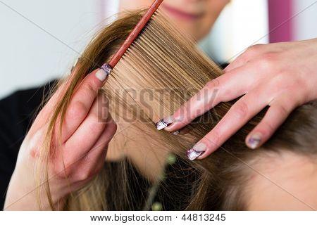 Friseur - Hair Stylist schneiden Haare, ein Kunde ruft einen Haarschnitt