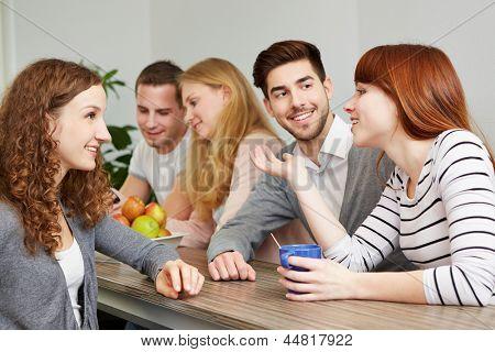 Estudiantes felices tomando un café en la sala de descanso