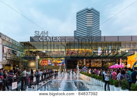 People Walk To The Siam Centre