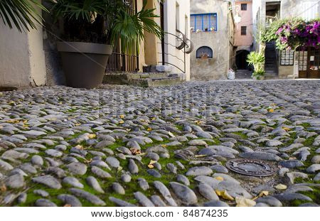 Street made of round rocks