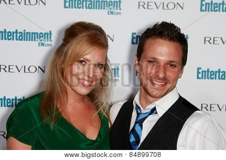 BEVERLY HILLS - SEP 20: Drew Lachey, wife at the 6th Annual Entertainment Weekly Pre-EMMY party  on September 20, 2008 in Beverly Hills, California