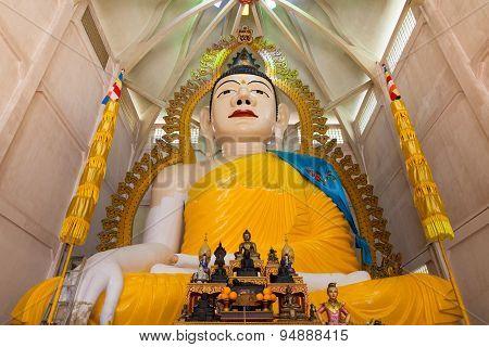 Giant Buddha statue in Sakaya Muni Buddha Gaya Temple
