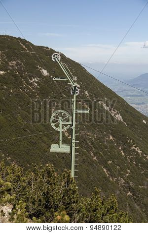 Pole for cableway transportation