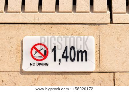 No diving warning sign at the poolside