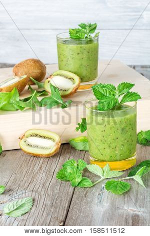 Ingredients for the preparation of: kiwi arugula mint and two glasses of smoothies