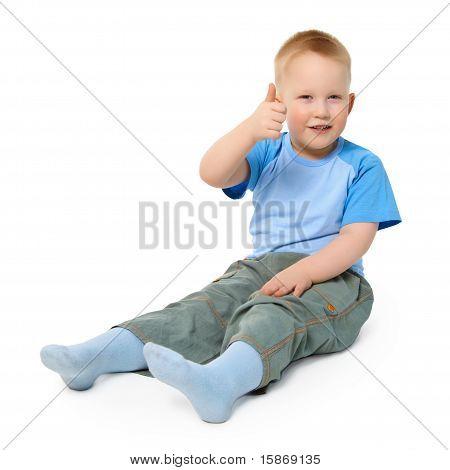 Kleiner Junge sitzt auf weißem Hintergrund zeigen eine Geste