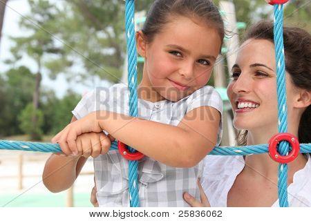 kleines Mädchen mit ihrer Mumie
