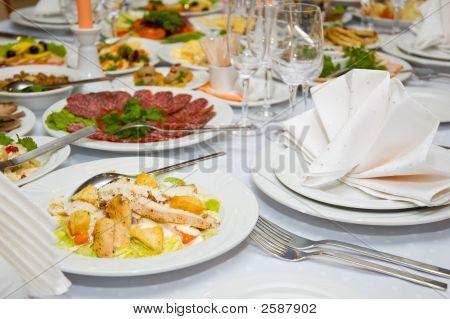 gute serviert Luxus Bankett Tisch