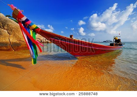 traditionelle thai Longtail-Boot am Strand