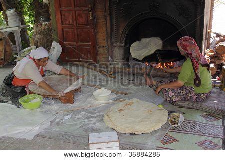 türkische Damen Brotbacken