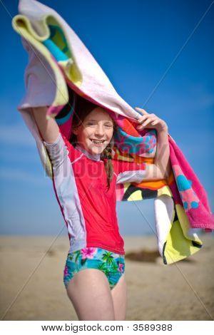 Girl swinging Handtuch overhead