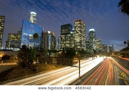 Skyline de Los Angeles e Freeway no crepúsculo