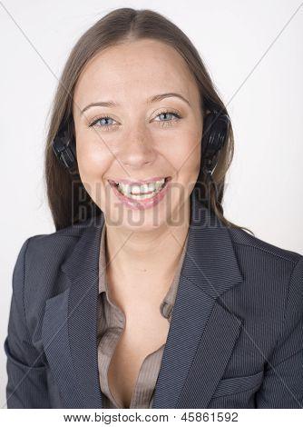 retrato de mulher com o laptop e mãos livres
