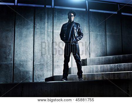 Cool hombre afroamericano urbano en pasos concretos distopic
