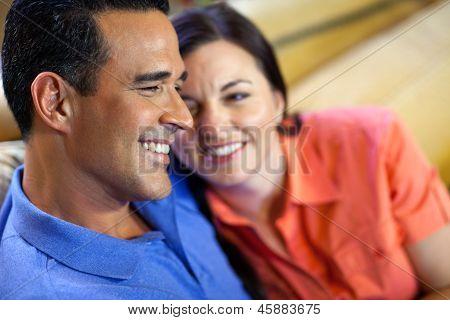 Mann und Frau sitzen auf der Couch.