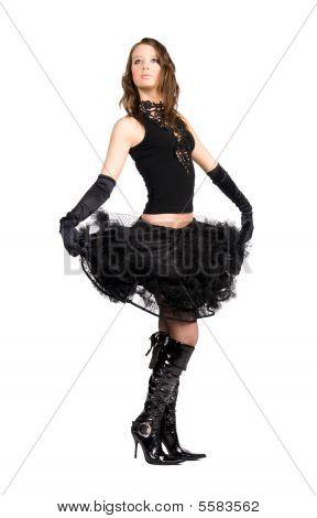Elegante jovem segurando sua saia