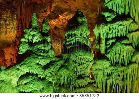 seltsame grün beleuchteten Stalagmit Formen in Soreq Höhle israel