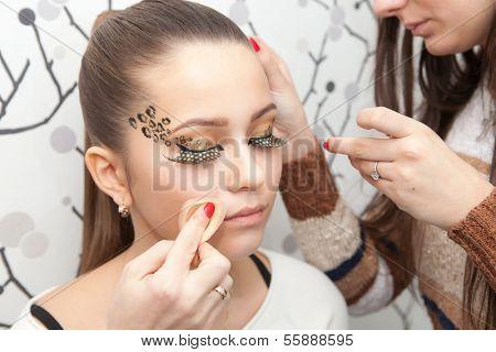 Closeup retrato de uma mulher ter aplicado maquiagem pelo maquiador