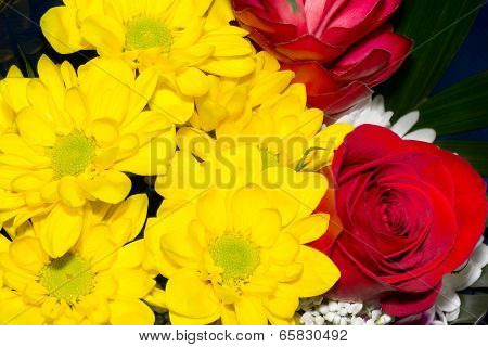 Bouquet of roses and marguerites