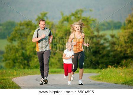 Familia correr al aire libre