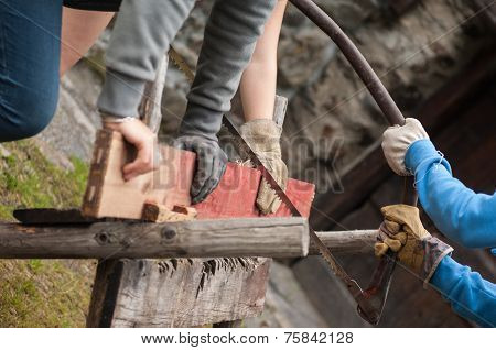 Men saws the wood
