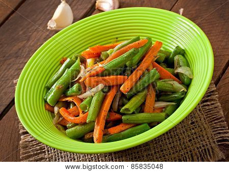 Sauteed green beans with carrots, onion and garlic