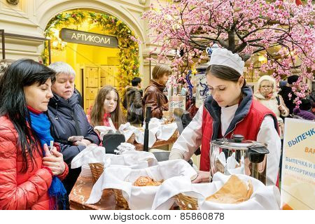 Moscow - March 22: People Buying Bread And Tea In The Gum Store On March 22, 2015 In Moscow. Gum Is