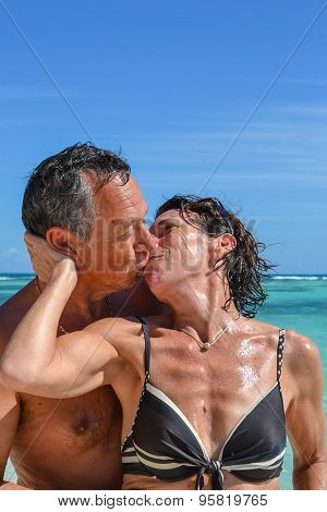 Sensuel Couple Kissing In Love On The Carribean Sea