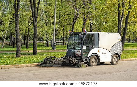 Sweeper cleans