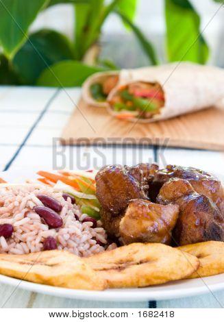 Pollo guisado con arroz y verdura - estilo jamaicano