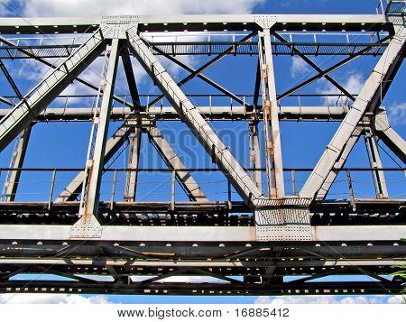 ponte ferroviária sobre o fundo azul do céu