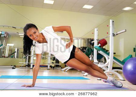 Junge Frauen Übungen im Fitness-Club