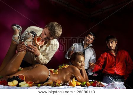 Постер, плакат: Ребята весело с женщиной украшен фрукты, холст на подрамнике