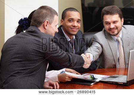 Equipe de negócios étnicos multi em uma reunião. Interagindo. Focar o homem Africano-americano