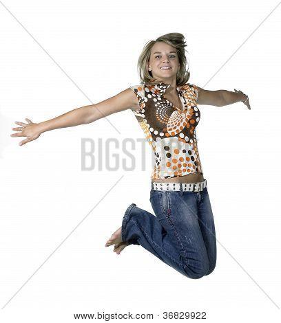 lustige blonde Mädchen springen