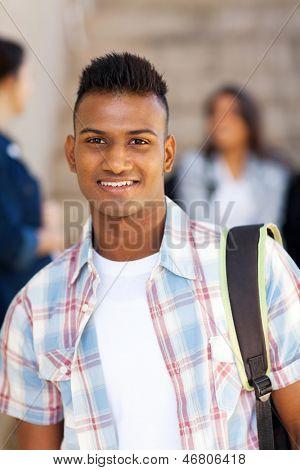 Porträt des männlichen indischen High-School-Schüler, die lächelnd