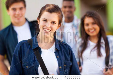 Gruppe von jungen Schülerinnen und Schüler auf dem campus